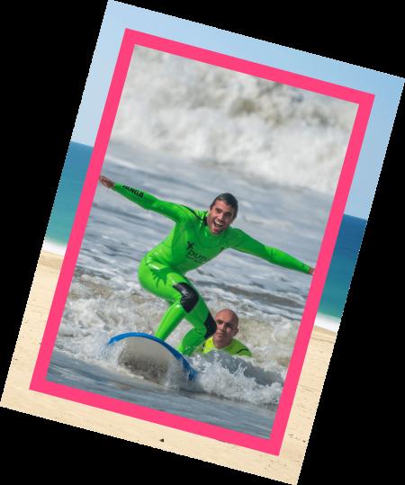 Aluno na prancha numa aula de surf